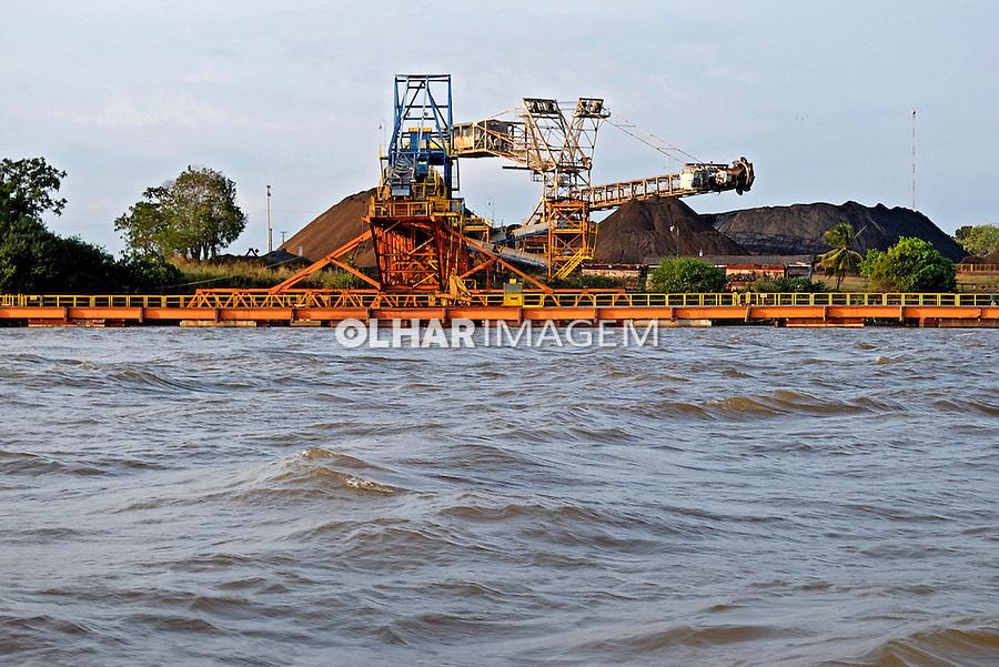 Porto flutuante da Anglo Ferrous no Rio Amazonas. Santana. Amapa. 2011. Foto de Reinaldo Minillo.