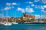 Spanien, Mallorca, Palma de Mallorca: Yachthafen vor Koenigspalast Palau de l'Almudaina und Kathedrale La Seu | Spain, Mallorca, Palma de Mallorca: marina with Royal Palace Palau de l'Almudaina and Cathedral La Seu