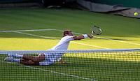 22-06-10, Tennis, England, Wimbledon, Thiemo de Bakker  dives to the ball and falls