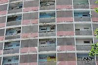 Recife (PE), 30/04/2021 - Moradia-Recife - Construído em 1957, o Holiday foi o símbolo da expansão imobiliária na praia de Boa Viagem. Imóvel abriga cerca de 2.000 pessoas, mas se degradou ao longo do tempo. Hoje o prédio se encontra interditado sem solução para seus prolemas de estrutura.