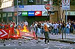 Manifestante em confronto com a polícia contra o leilão de privatização da Telebrás. Rio de Janeiro. 1998. Foto de Ricardo Azoury.