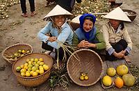 Asie/Vietnam/env d'Hanoi/Nhu Quynh: marchandes de fruits exotiques sur le marché