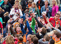 16-09-12, Netherlands, Amsterdam, Tennis, Daviscup Netherlands-Suisse,  Robin Haase throws his racket in the crowd