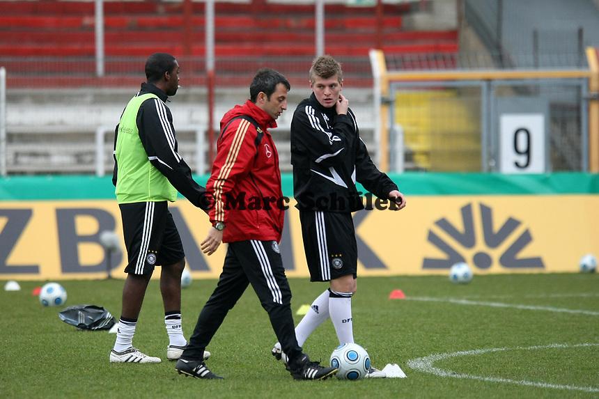 Toni Kroos (Leverkusen) beim Aufwaermen<br /> Deutschland vs. Finnland, U19-Junioren<br /> *** Local Caption *** Foto ist honorarpflichtig! zzgl. gesetzl. MwSt. Auf Anfrage in hoeherer Qualitaet/Aufloesung. Belegexemplar an: Marc Schueler, Am Ziegelfalltor 4, 64625 Bensheim, Tel. +49 (0) 151 11 65 49 88, www.gameday-mediaservices.de. Email: marc.schueler@gameday-mediaservices.de, Bankverbindung: Volksbank Bergstrasse, Kto.: 151297, BLZ: 50960101