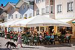 Deutschland, Bayern, Toelzer Land, Bad Toelz: Marktstrasse - Fussgaengerzone im Stadtzentrum mit vielen Cafés und Restaurants | Germany, Bavaria, Bad Toelz: poedestrian area Marktstrasse in town centre with cafés and restaurants