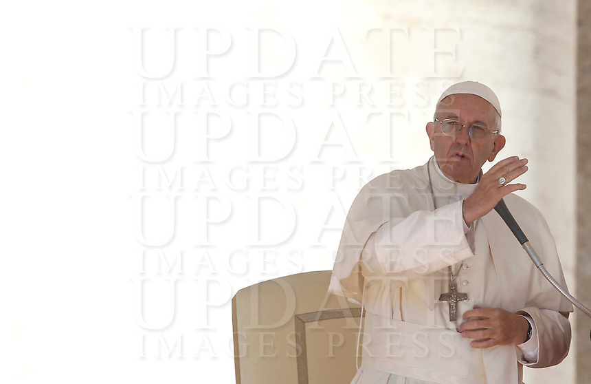 Papa Francesco tiene l'udienza generale del mercoledi' in Piazza San Pietro, Citta' del Vaticano, 12 ottobre 2016.<br /> Pope Francis attends his weekly general audience in St. Peter's Square at the Vatican, 12 October 2016.<br /> UPDATE IMAGES PRESS/Isabella Bonotto<br /> <br /> STRICTLY ONLY FOR EDITORIAL USE