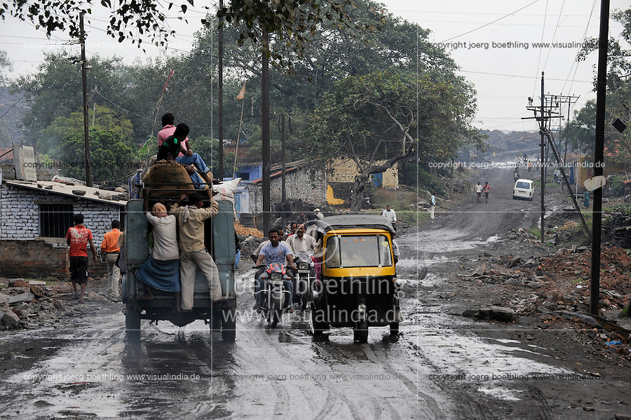 INDIEN Jharia Siedlungen muessen brennenden Kohlefloezen und dem Abbau der BCCL Ltd weichen | .INDIA Jharkhand Jharia, spreading of smoking underground coalfield and coal mining of BCCL Ltd. affect villages around Jharia