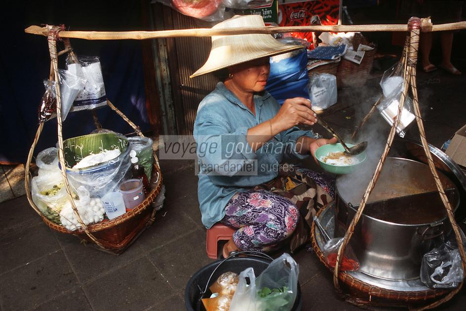 """Thailande/Bangkok: Marchande de soupe /soupe de poisson , légumes , nouilles et riz """"Kanon Chine"""" au Marché """"Parklong Talad"""""""
