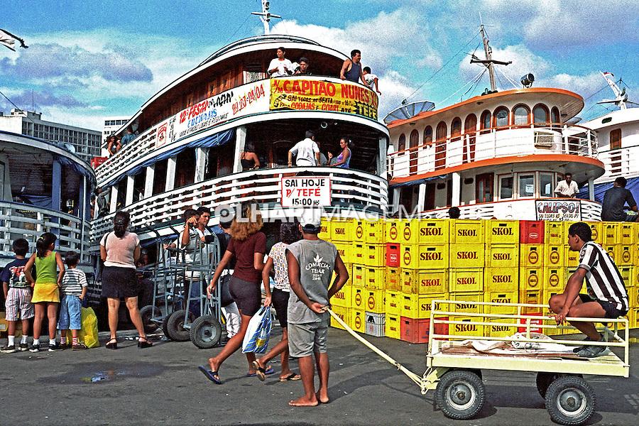 Embarque de passageiros e carga no porto de Manaus. Amazonas. 2000. Foto de Juca Martins.