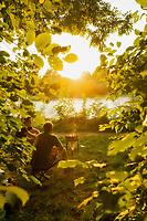 Deutschland, Muenchen, Isarau, Isar, Flaucher, Fluss, Grillen, Sonnenuntergang, Menschen,  <br /> Europa, Bayern, 08.2010<br /> <br /> (Bildtechnik: sRGB, <br /> 34.48 MByte vorhanden)<br /> <br /> English: Germany, Munich, Isarau, Isar, Flaucher, river, grill, grilling, barbecue, sunset, young men, summer evening, leaves, trees, countryisde, riverbank, <br /> Europe, Bavaria, 19 August 2010