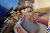 BOGOTÁ -COLOMBIA. 23-05-2014. Un hombre despliega un cartel en la sede del candidato presidencial Oscar Iván Zuluaga por el partido Centro Democrático en Bogotá, Colombia, hoy 23 de mayo de 2014. Las elecciones presidenciales en Colombia se realizarán el próximo 25 de mayo de 2014./ A man displays a poster in the campaing headquarters of presidential colombian canditate Oscar Ivan Zuluaga by Democratic Center Party today May 23 2014. Presidential elections in Colombia will be held in May 25 2014. Photo: VizzorImage/ Gabriel Aponte / Staff