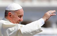 Papa Francesco saluta i fedeli al termine dell'udienza generale del mercoledi' in Piazza San Pietro, Citta' del Vaticano, 27 agosto 2014.<br /> Pope Francis waves to faithful as he leaves at the end of his weekly general audience in St. Peter's Square at the Vatican, 27 August 2014.<br /> UPDATE IMAGES PRESS/Riccardo De Luca<br /> <br /> STRICTLY ONLY FOR EDITORIAL USE