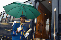 Europe/République Tchèque/Prague:Stewart accuillant les voyageurs à bord de l'Orient-Express Train de Luxe qui assure la liaison Calais,Paris , Prague,Venise [Non destiné à un usage publicitaire - Not intended for an advertising use]