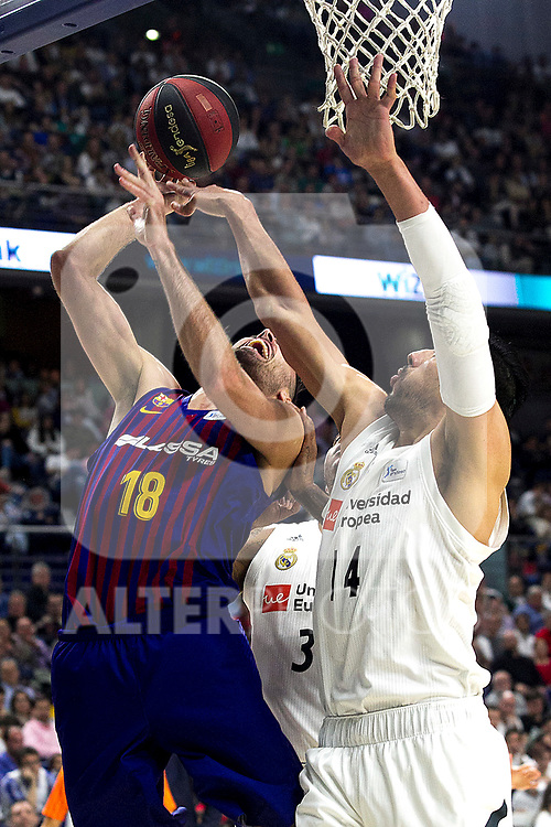 Barcelona's Pierre Oriola and Real Madrid's Gustavo Ayon during Liga Endesa match between Real Madrid and FC Barcelona Lassa at Wizink Center in Madrid, Spain. March 24, 2019.  (ALTERPHOTOS/Alconada)