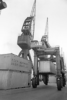 - porto di Savona, novembre 1975, movimentazione di containers russi<br />