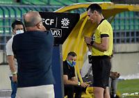 MONTERIA - COLOMBIA, 07-02-2021: Wilmar Roldan, árbitro, revisa una jugada en el VAR durante el partido por la fecha 5 Liga BetPlay DIMAYOR I 2021 entre Jaguares de Córdoba F.C. e Independiente Santa Fe jugado en el estadio Jaraguay de la ciudad de Montería. / Wilmar Roldan, referee, checks a play on the VAR during match for the date 5 BetPlay DIMAYOR League I 2021 between Jaguares de Cordoba F.C. and Independiente Santa Fe played at Jaraguay stadium in Monteria city. Photo: VizzorImage / Andres Felipe Lopez / Cont