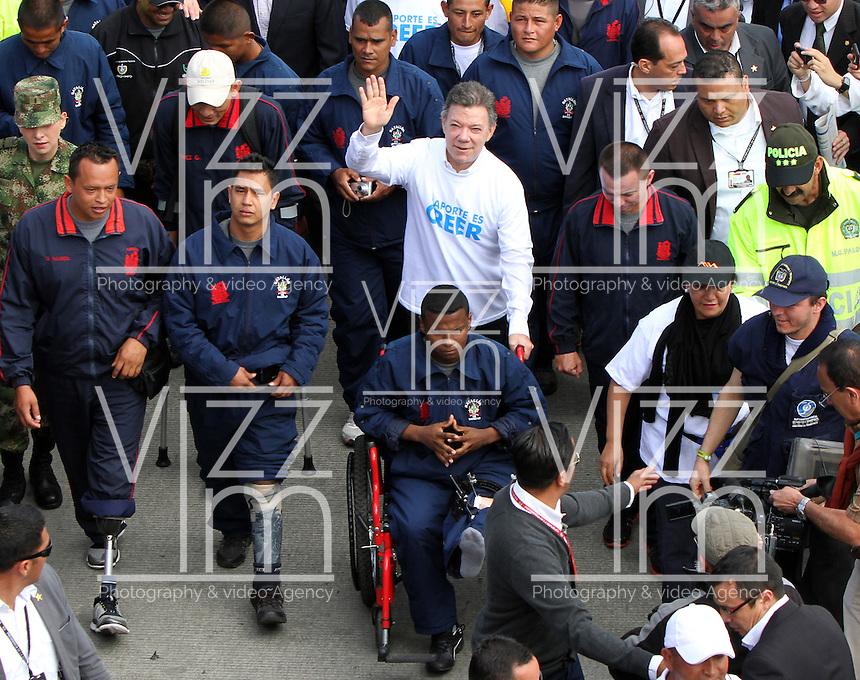 """BOGOTA-COLOMBIA: 09-04-2013. Miles de Colombianos encabezados por el Presidente Juan Manuel Santos, marcharon por la Paz en las calles de Bogotá, abril 9 de 2013. El presidente Santos desmintió que las Fuerzas Armadas Revolucionarias de Colombia (FARC), estén infiltradas presionando a los campesinos para marchar, """"Yo no veo guerrillas alrededor mío"""", agrego el mandatario. La jornada comenzó pasadas las ocho de la mañana en el monumento de los Caídos, en el occidente de Bogotá y se dirigió a la Plaza de Bolivar en el centro de la capital colombiana./ Thousands of Colombians headed by President Juan Manuel Santos, marched for peace on the streets of Bogota,, April 9, 2013. President Santos denied that the Revolutionary Armed Forces of Colombia (FARC) are infiltrated pressuring farmers to march, """"I do not see guerrillas around me,"""" Santos said. The marches began just after eight o'clock in the Memorial Monument in western Bogota and went to the Plaza de Bolivar in downtown Bogota. Photos: VizzorImage /  Felipe Caicedo / Staff."""
