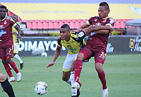 IBAGUE - COLOMBIA, 08-03-2020: Luis Fernando Miranda del Tolima disputa el balón con David Valencia del Alianza durante partido entre Deportes Tolima y Alianza Petrolera por la fecha 14 de la Liga BetPlay I 2020 jugado en el estadio Manuel Murillo Toro de la ciudad de Ibagué. / Luis Fernando Miranda of Tolima struggles the ball with David Valencia of Alianza during match between Deportes Tolima and Alianza Petrolera for the date 14 as part of BetPlay League I 2020 played at Manuel Murillo Toro stadium in Ibague. Photo: VizzorImage / Juan Torres / Cont