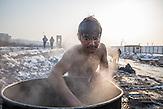 Der 18-jährige Sanala wäscht sich vor den Baracken am Hauptbahnhof, da es in dem Camp keine Sanitäranlagen gibt. // Belgrad, Serbien - 22.01.2017 - Ungefähr 10000 Geflüchtete sitzen in Serbien fest. Durch die Schließung der Balkanroute können sie ihr Ziel nicht erreichen und sind auf die Grenzöffnung oder Schlepper angewiesen. Schlepper versprechen ihnen sie nach Kroatien oder Ungarn zu bringen und wollen dafür mehrere tausend Euro. Meist ist das erfolglos. Einige hundert Geflüchtete wohnen in Baracken am Belgrader Hauptbahnhof unter schlechten Bedingungen. Andere sind in Camps untergebracht.