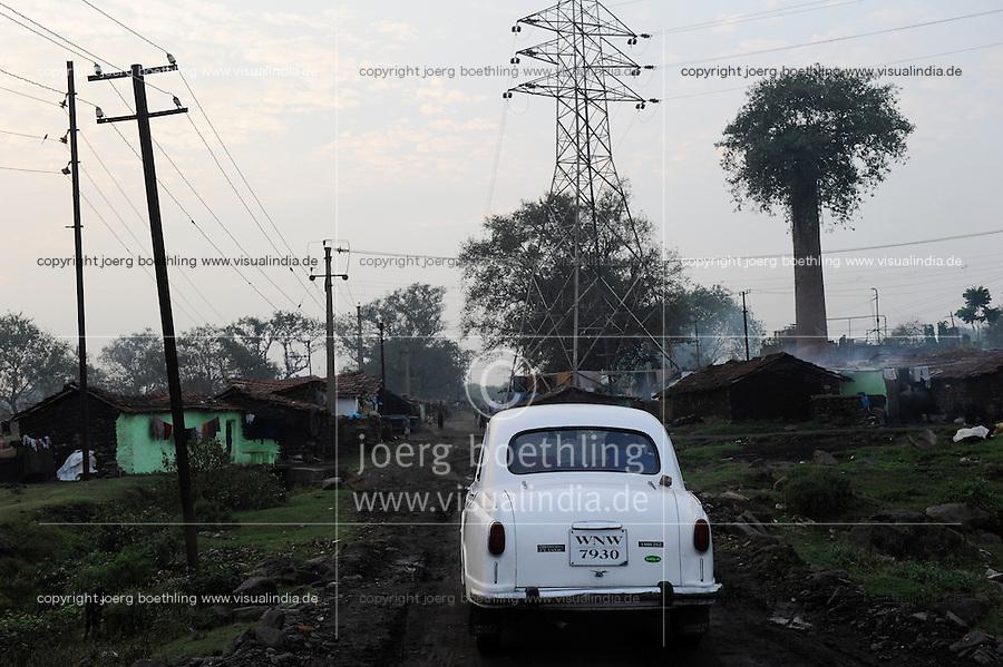 INDIA Jharkhand Jharia, spreading of smoking underground coalfield and coal mining of BCCL Ltd. affect villages around Jharia, Ambassador car / INDIEN Jharia Siedlungen muessen brennenden Kohlefloezen und dem Abbau der BCCL Ltd weichen