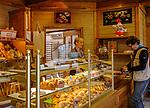 Frankreich, Bourgogne-Franche-Comté, Département Jura, Arbois (Jura): Verkaufsraum einer Boulangerie auf dem Place de la Liberté | France, Bourgogne-Franche-Comté, Département Jura, Arbois (Jura): interior of pastra shop at Place de la Liberté in centre of old town
