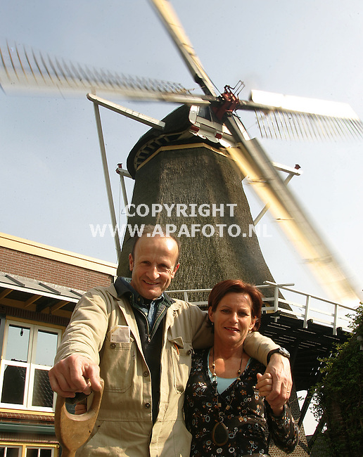 Zevenaar, 120407<br /> Jan Pijnappel met vrouw bij molen de Hoop.<br /> Foto: Sjef Prins - APA Foto