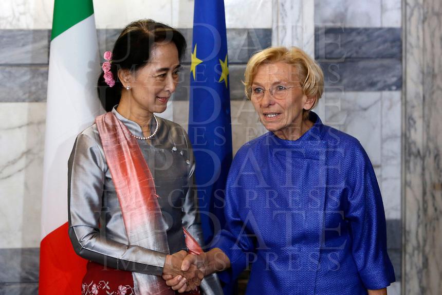 L'attivista birmana e vincitrice del Premio Nobel per la Pace Aung San Suu Kyi stringe la mano al Ministro degli Esteri Emma Bonino, a destra, alla Farnesina, Roma, 28 ottobre 2013.<br /> Burmese opposition leader and Nobel Prize laureate Aung San Suu Kyi shakes hands with Italian Foreign Minister Emma Bonino, right, at the Farnesina Foreign Ministry headquarters in Rome, 28 October 2013.<br /> UPDATE IMAGES PRESS/Riccardo De Luca