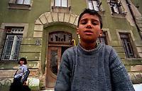Sarajevo / Bosnia 1992<br /> Bambini a Sarajevo durante l'assedio. Sullo sfondo la casa in Ulica Sutievka 2 dove abitava Radovan Karadzic prima del conflitto.La casa fu occupata da una famiglia Rom. On the backstage the building in Ulica Sutievska 2 where Radovan Karadzic lived before the conflict.<br /> Photo Livio Senigalliesi