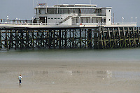 - wooden wharf in Worthing bathing town, on the southern  coast....- pontile di legno nella città balneare di  Worthing, sulla costa meridionale