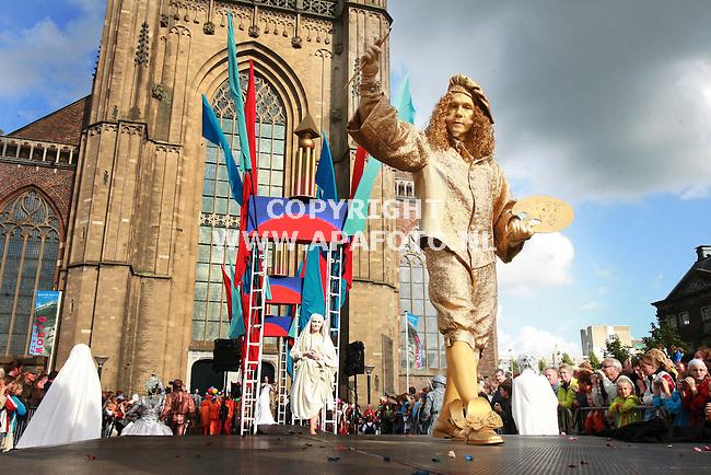 Arnhem, 270806<br /> World Champion Living Statues.<br /> 150 deelnemers lopen over de Catwalk voor de Eusebiuskerk, zo ook Rembrandt.<br /> Foto: Sjef Prins - APA Foto