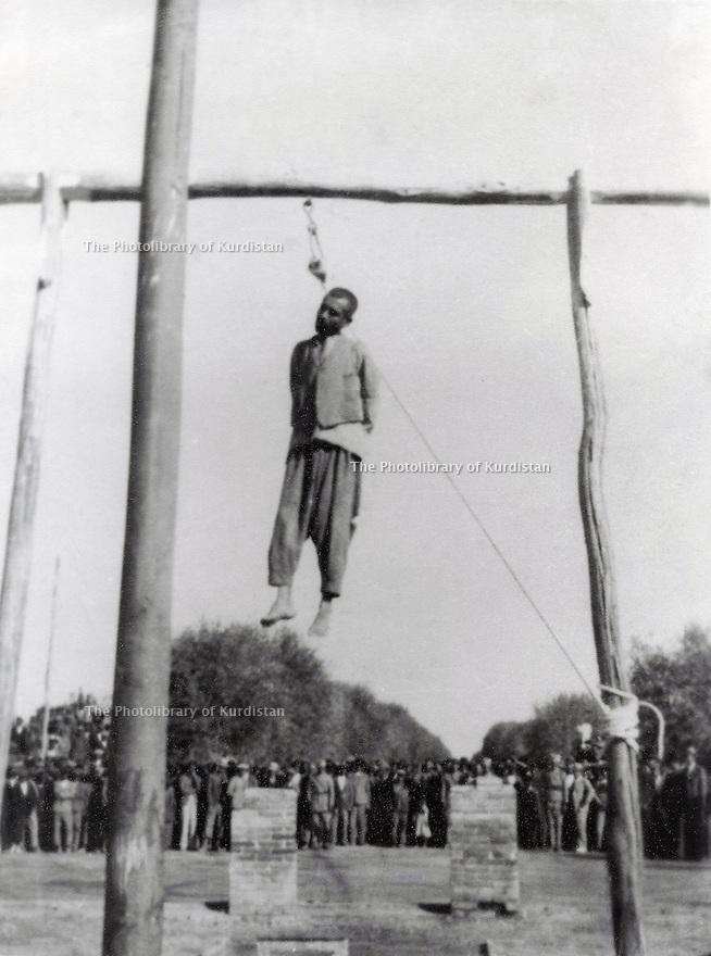 Iran 1947.<br /> In Bokan, Ali Beg Sherzad on the gallows.<br /> Iran 1947.<br /> En hiver, a Bokan, execution de Ali Beg Sherzad