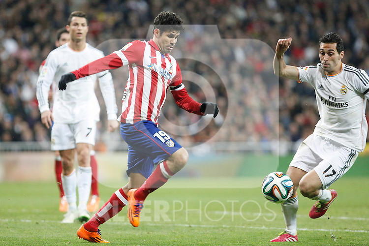 Real Madrid´s Arbeloa (R) and Atletico de Madrid´s Diego Costa during King´s Cup (Copa del Rey) semifinal match in Santiago Bernabeu stadium in Madrid, Spain. February 05, 2014. (ALTERPHOTOS/Victor Blanco)