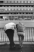 England. Greater Manchester. Salford. Unemployed men living in poverty. Cars parked in front of public housing. Salford is a city in the Metropolitan Borough of Salford in Greater Manchester. North West England is one of nine official regions of England. © 1990 Didier Ruef