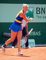 28-05-12, France, Paris, Tennis, Roland Garros, Kiki Bertens   smijt uit frustratie haar racket tegen het gravel.