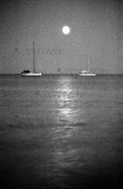 Capo Carbonara, Villasimius (Cagliari), Porto Giunco. Due barche in mare in una notte di luna piena --- Cape Carbonara, Villasimius (Cagliari), Porto Giunco. Two boats at sea in a night of full moon