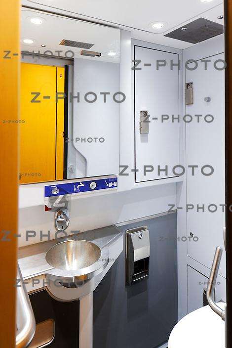 Innenaufnahmen einer Toiletten in einem DPZPlus Re 450 Wagen nach einer Modernisierung im IW Olten am 28. November 2011.Foto: Zvonimir Pisonic Copyright © 2010 SBB CFF FFS