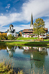 Germany, Bavaria, Upper Allgaeu, Fischen im Allgaeu: spa town on river Iller with 'Frauenkapelle' and parish church St. Verena, autumn scene | Deutschland, Bayern, Oberallgaeu, Fischen im Allgaeu: heilklimatischer Kurort an der Iller mit Frauenkapelle und Pfarrkirche St. Verena im Herbst