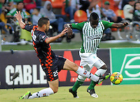 MEDELLIN - COLOMBIA-27-10-2013: Victor Cantillo (Der.) jugador del Atletico Nacional disputa el balón con Mario Garcia (Izq.) jugador de Boyaca Chico F.C. durante partido en el estadio Atanasio Girardot de la ciudad de Medellin, octubre 27 de 2013. Atletico Nacional y Boyaca Chico F.C. durante partido por la decimosexta fecha de la de la Liga Postobon II. (Foto: VizzorImage / Luis Rios / Str).  Victor Cantillo (R) player of Atletico Nacional vies for the ball with Mario Garcia (L) player of Boyaca Chico F.C. during a match at the Atanasio Girardot Stadium in Medellin city, October 27, 2013. Atletico Nacional and Boyaca Chico F.C. during a match for the sixteenth round of the Postobon II League. (Photo: VizzorImage / Luis Rios / Str).