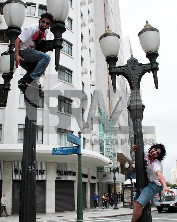 CURITIBA, PR, 06 DE MARÇO DE 2011 – ZOMBIE WALK – CURITIBA – Milhares de zumbis invadiram as ruas da capital paranaense na tarde de domingo (6), na tradicional Zombie Walk. O evento, já tradicional em Curitiba, acontece dentro da programação do PsychoCarnival. Milhares de pessoas fantasiadas de zumbis se concentraram na Praça Osório e fizeram caminhada até as Ruinas de São Francisco, onde aconteceram shows musicais. (FOTO: ROBERTO DZIURA JR./ NEWS FREE)