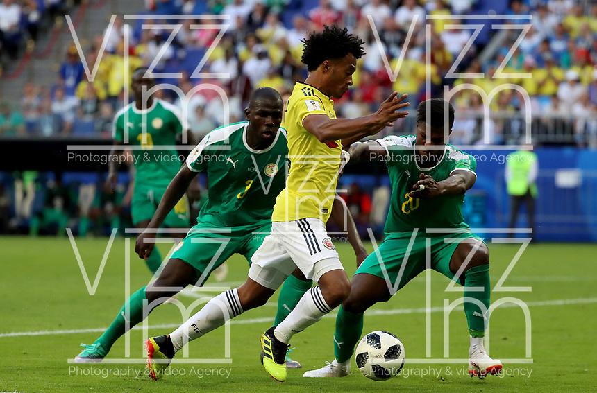 SAMARA - RUSIA, 28-06-2018: Kalidou KOULIBALY (Izq) y Keita BALDE (Der) jugadores de Senegal disputan el balón con Juan CUADRADO (C) jugador de Colombia durante partido de la primera fase, Grupo H, por la Copa Mundial de la FIFA Rusia 2018 jugado en el estadio Samara Arena en Samara, Rusia. /  Kalidou KOULIBALY (L) and Keita BALDE (R) players of Senegal fight the ball with Juan CUADRADO (L) player of Colombia during match of the first phase, Group H, for the FIFA World Cup Russia 2018 played at Samara Arena stadium in Samara, Russia. Photo: VizzorImage / Julian Medina / Cont