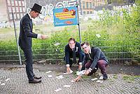 """Wahlkampfaktion der FDP-Jugendorganisation Junge Liberale-Berlin zur Abgeordnetenhauswahl 2016.<br /> Die Jungen Liberalen-Berlin veranstalteten am Dienstag den 2. August 2016 an der sog. Cuvry-Brache in Berlin-Kreuzberg eine Aktion gegen die """"Spekulation mit Grundstuecken durch den Senat von Berlin"""". Dazu verkleideten sich Mitglieder der Jungen Liberalen als Buergermeister Michael Mueller und Bausenator Andreas Geisel (beide SPD) die von einem """"Monopoly-Mann"""" (soll einen Investor darstellen) mit Geld beschenkt werden.<br /> Damit wollten die FDP-Mitglieder gegen die """"Grundstuecksspekulation in der Hauptstadt"""" protestieren.<br /> Im Bild: Der Buergermeister  und der Bausenator sammeln Geld auf, welches der Investor ihnen hingeworfen hat.<br /> 2.8.2016, Berlin<br /> Copyright: Christian-Ditsch.de<br /> [Inhaltsveraendernde Manipulation des Fotos nur nach ausdruecklicher Genehmigung des Fotografen. Vereinbarungen ueber Abtretung von Persoenlichkeitsrechten/Model Release der abgebildeten Person/Personen liegen nicht vor. NO MODEL RELEASE! Nur fuer Redaktionelle Zwecke. Don't publish without copyright Christian-Ditsch.de, Veroeffentlichung nur mit Fotografennennung, sowie gegen Honorar, MwSt. und Beleg. Konto: I N G - D i B a, IBAN DE58500105175400192269, BIC INGDDEFFXXX, Kontakt: post@christian-ditsch.de<br /> Bei der Bearbeitung der Dateiinformationen darf die Urheberkennzeichnung in den EXIF- und  IPTC-Daten nicht entfernt werden, diese sind in digitalen Medien nach §95c UrhG rechtlich geschuetzt. Der Urhebervermerk wird gemaess §13 UrhG verlangt.]"""