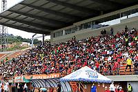 ENVIGADO - COLOMBIA, 01–08-2021: Hinchas de Envigado F. C. animan a su equipo, en el retorno de los aficionados al abrir asistencia durante partido entre Envigado F. C. y America de Cali de la fecha 3 por la Liga BetPlay DIMAYOR II 2021, en el estadio Polideportivo Sur de la ciudad de Envigado. / Envigado F. C. fans cheer on their team, in the return of the fans by opening assistance during the match between Envigado F. C. and America de Cali on date 3 for the BetPlay DIMAYOR II 2021 League, at the Polideportivo Sur stadium in the city of Envigado. city. / Photo: VizzorImage / Juan A. Cardona / Cont.