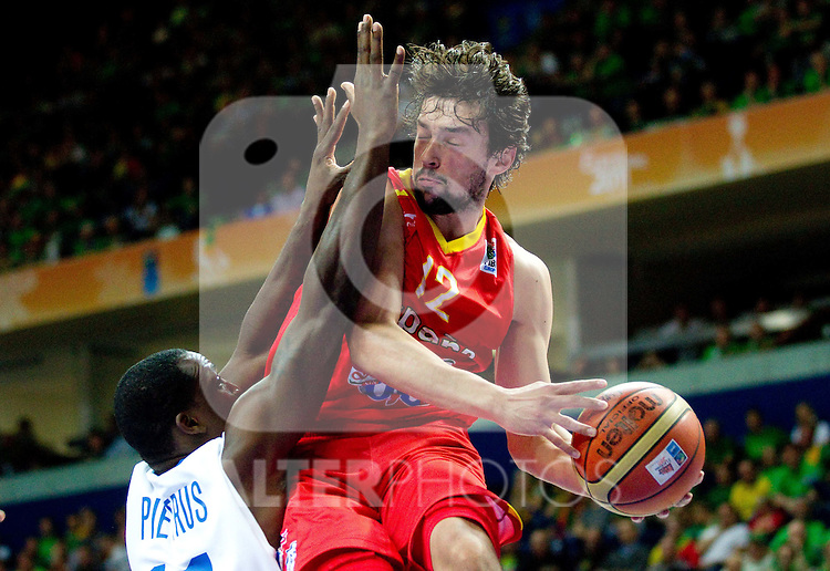 11.09.2011, Vilnius Arena, Vilnius, LTU, FIBA EuroBasket 2011, Frankreich vs Spanien, im Bild Florent Pietrus of France vs Sergio Llull of Spain during basketball game between National basketball teams of France and Spain at FIBA Europe Eurobasket Lithuania 2011, on September 11, 2011, in Siemens Arena,  Vilnius, Lithuania. Spain defeated France 96-69. EXPA Pictures © 2011, PhotoCredit: EXPA/ Sportida/ Vid Ponikvar  +++++ ATTENTION - OUT OF SLOVENIA/(SLO) +++++