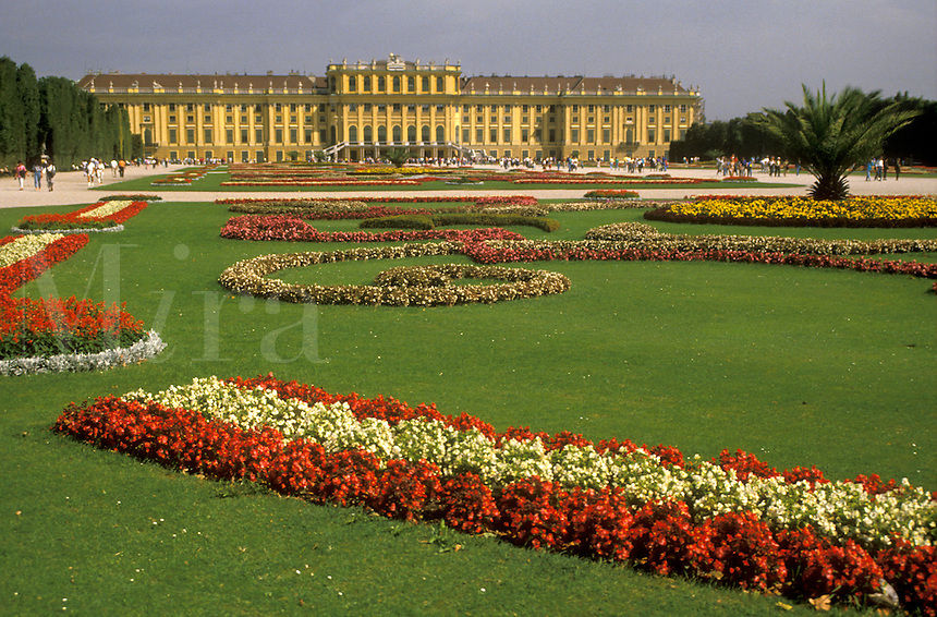 AJ2162, Vienna, Austria, Europe, Beautiful flower gardens decorate the lawn of the Schonbrunn Schloss Palace. A 1, 440-room summer palace.