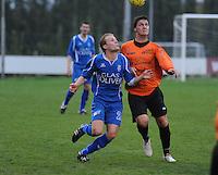 SV Rumbeke - Sasport Boezinge : duel om de bal tussen Davy Van Hecke en Dominik Rosseel (rechts).foto VDB / BART VANDENBROUCKE.