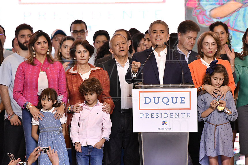 BOGOTA - COLOMBIA, 17-06-2018: Ivan Duque, candidato presidencial por el partido Centro Democrático acompañado de su familia, Maria Julian, esposa, Eloisa, Matias y Juliana, hijos, durante su alocución al finalizar la segunda vuelta de las elecciones presidenciales de Colombia 2018 hoy domingo 17 de junio de 2018. El candidato ganador gobernará por un periodo máximo de 4 años fijado entre el 7 de agosto de 2018 y el 7 de agosto de 2022. / Ivan Duque, presidential candidate for the Centro Democratico party, with his family, Maria Juliana, wife, Eloisa, Matias and Juliana, children, during his speech after Colombia's second round of 2018 presidential election today Sunday, June 17, 2018. The winning candidate will govern for a maximum period of 4 years fixed between August 7, 2018 and August 7, 2022. Photo: VizzorImage / Gabriel Aponte / Staff