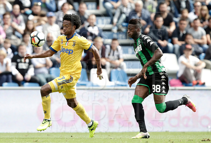 Calcio, Serie A: Reggio Emilia, Mapei stadium, 17 settembre 2017.<br /> Juventus' Juan Cuadrado (l) in action with Sassuolo's Claud Adjapong (r)during the Italian Serie A football match between Sassuolo and Juventus at Reggio Emilia's Mapei stadium, September 17, 2017.<br /> UPDATE IMAGES PRESS/Isabella Bonotto