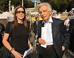 FURIO COLOMBO CON ALICE OXMAN<br /> MANIFESTAZIONE PER LA LIBERTA' DI STAMPA PROMOSSA DAL FNSI<br /> PIAZZA DEL POPOLO ROMA 2009