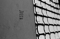 """in una cella dell'ex carcere san Donnino di Como. La scritta sul muro letta in verticale è """"mafia"""""""