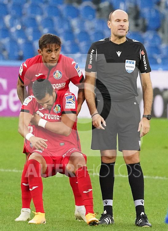Spanish referee Antonio Miguel Mateu Lahoz with Getafe CF's Damian Suarez and Angel Rodriguez injured during La Liga match. October 3, 2020. (ALTERPHOTOS/Acero)